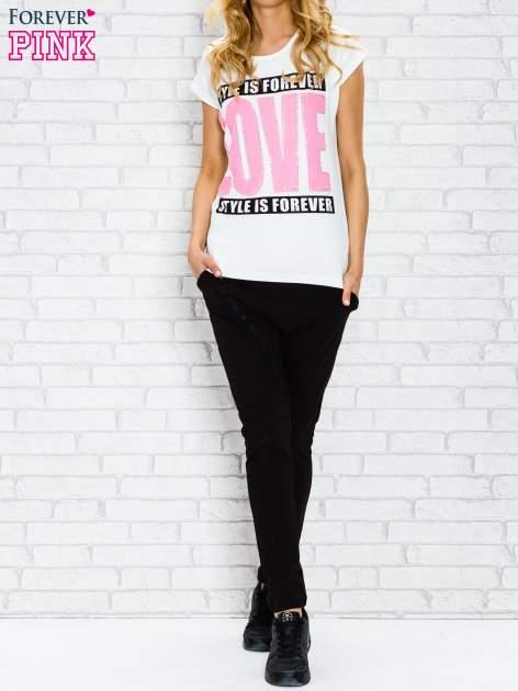 Ecru t-shirt z napisem STYLE IS FOREVER LOVE z dżetami                                  zdj.                                  4