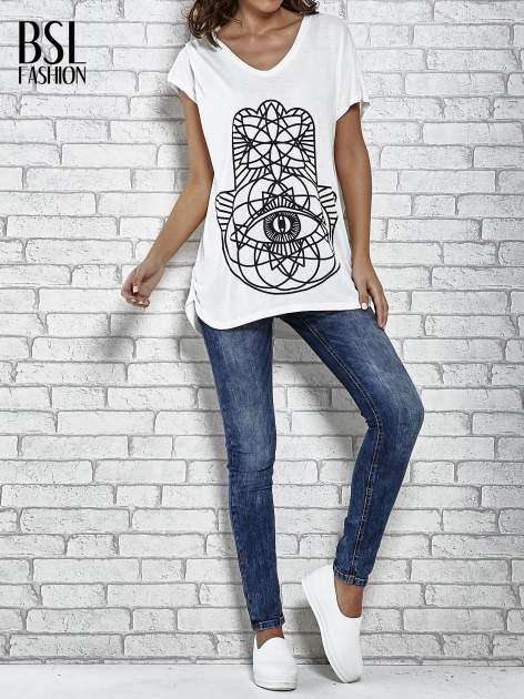 Ecru t-shirt z ornamentowym nadrukiem                                  zdj.                                  2