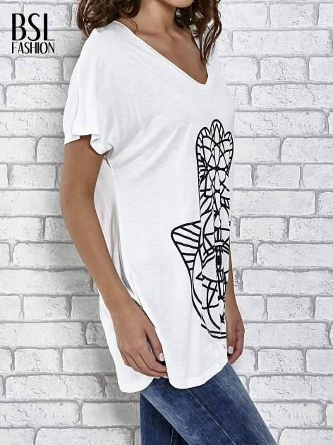 Ecru t-shirt z ornamentowym nadrukiem                                  zdj.                                  3