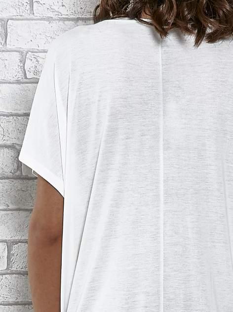 Ecru t-shirt z ornamentowym nadrukiem                                  zdj.                                  6