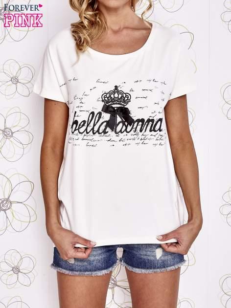 Ecru t-shirt z ozdobnym napisem i kokardą