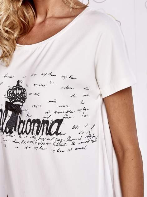 Ecru t-shirt z ozdobnym napisem i kokardą                                  zdj.                                  5
