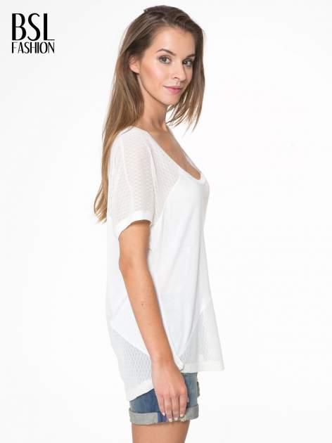 Ecru t-shirt z siateczkowymi wstawkami                                  zdj.                                  3