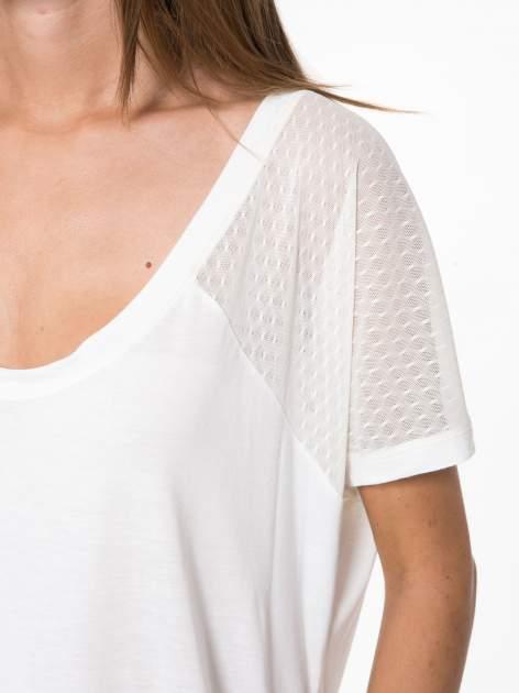 Ecru t-shirt z siateczkowymi wstawkami                                  zdj.                                  10