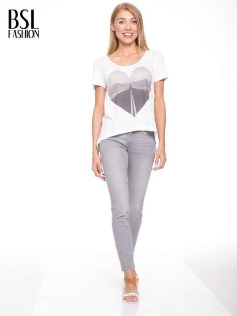Ecru t-shirt z szarym nadrukiem serca                                  zdj.                                  5