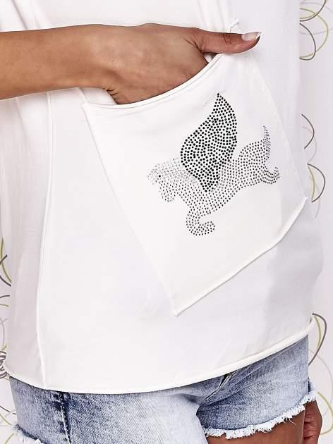 Ecru t-shirt z ukośną kieszenią i dżetami                                  zdj.                                  5