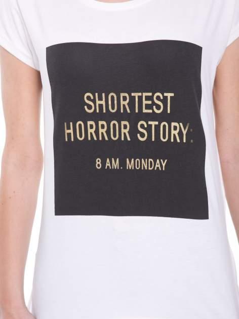 Ecru t-shirt z zabawnym nadrukiem SHORTEST HORROR STORY 8 AM. MONDAY                                  zdj.                                  6