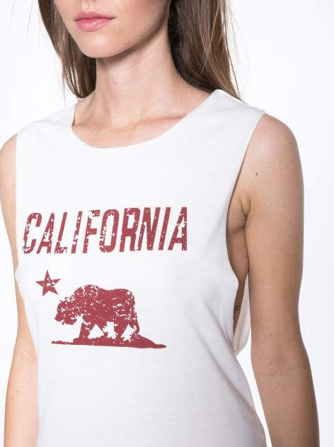 Ecru top z nadrukiem CALIFORNIA i wycięciem z tyłu                                  zdj.                                  8