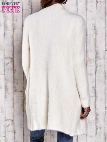 Ecru włochaty sweter z kaskadowym kołnierzem                                  zdj.                                  4