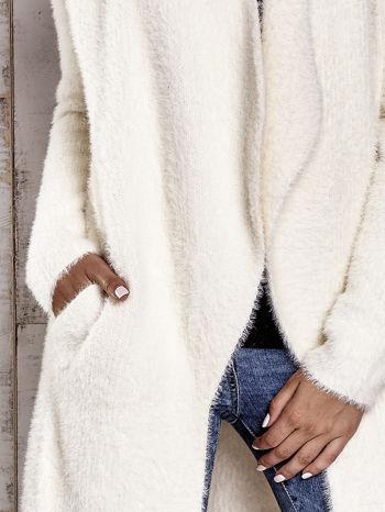 Ecru włochaty sweter z kaskadowym kołnierzem                                  zdj.                                  8