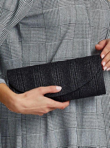 Elegancka kopertówka z ozdobnym plisowaniem czarna                              zdj.                              1