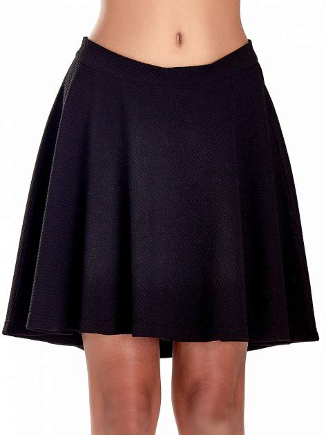 Fakturowana czarna spódnica z plisami i lekko wydłużonym tyłem                                  zdj.                                  5