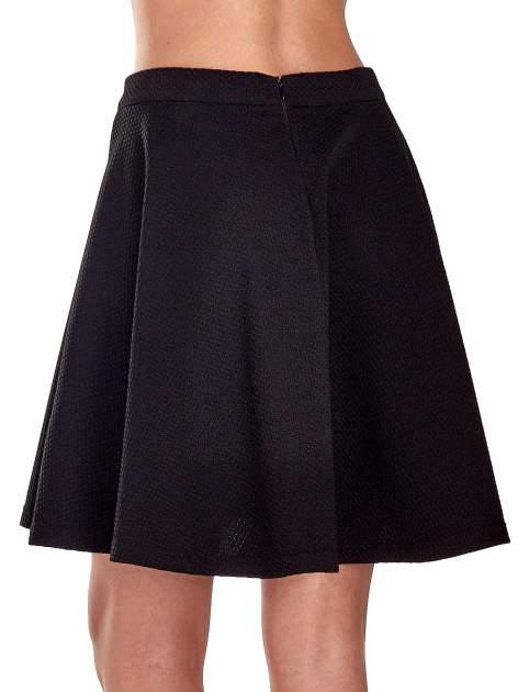 Fakturowana czarna spódnica z plisami i lekko wydłużonym tyłem                                  zdj.                                  7