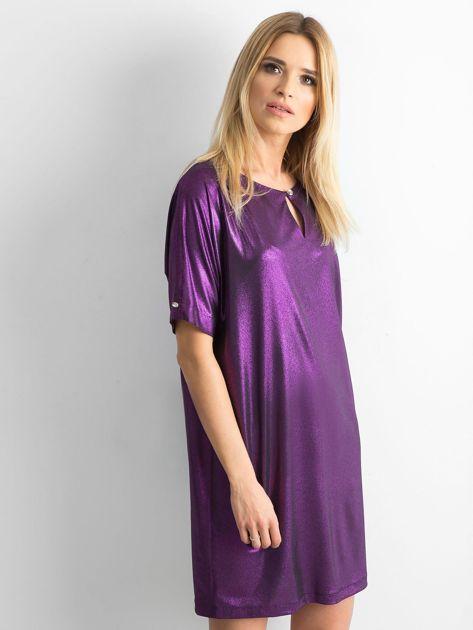 Fioletowa błyszcząca sukienka oversize                              zdj.                              3