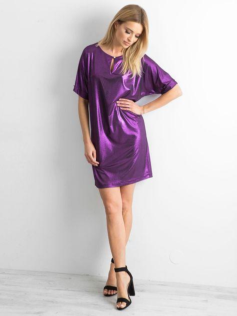 Fioletowa błyszcząca sukienka oversize                              zdj.                              4
