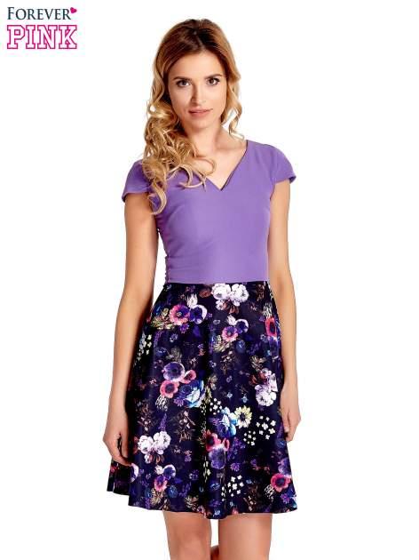 Fioletowa sukienka z motywem floral print na dole