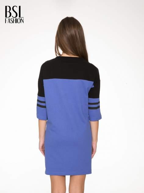 Fioletowa sukienka z napisem NOIR w stylu sportowym                                  zdj.                                  4