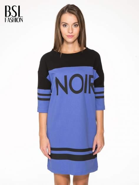 Fioletowa sukienka z napisem NOIR w stylu sportowym