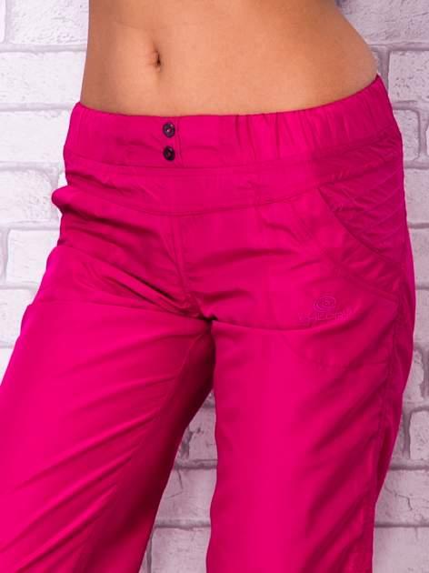 Fioletowe spodnie sportowe capri z guzikami                                  zdj.                                  4