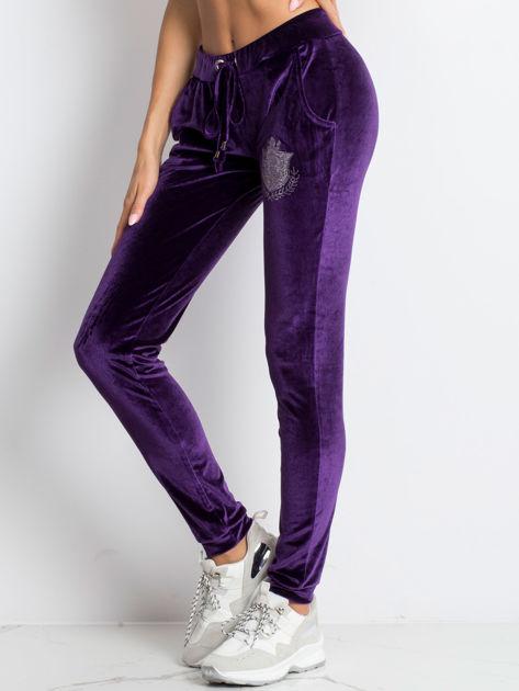 Fioletowe welurowe spodnie dresowe z aplikacją z dżetów                              zdj.                              3