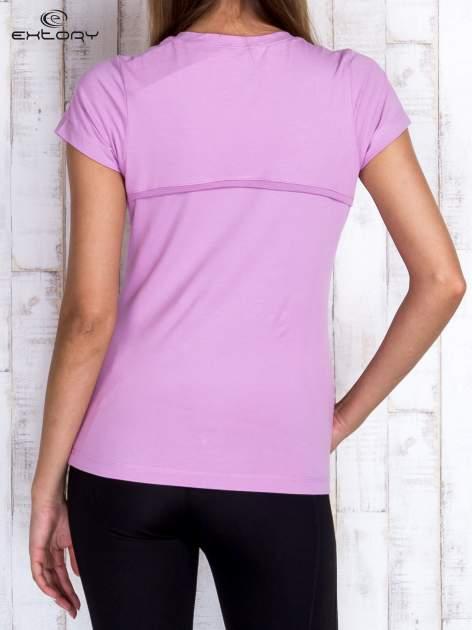 Fioletowy t-shirt z trójkątnym dekoltem                                  zdj.                                  4