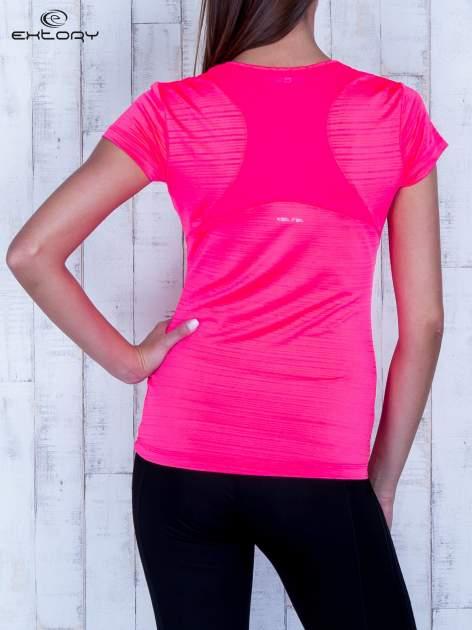 Fluojasnoróżowy t-shirt sportowy w paseczki                                  zdj.                                  4