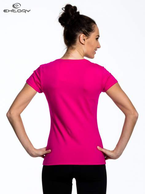 Fuksjowy Różowy t-shirt sportowy z przeszyciem przy dekolcie i kieszonką                                  zdj.                                  4