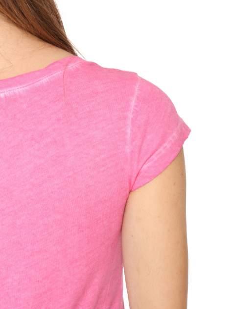 Fuksjowy t-shirt z cekinowym krzyżem                                  zdj.                                  10