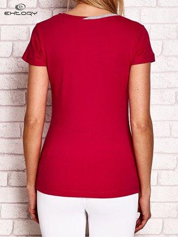 Fuksjowy t-shirt z kontrastowym wykończeniem dekoltu