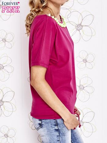 Fuksjowy t-shirt z limonkowymi pomponikami przy dekolcie                                  zdj.                                  3