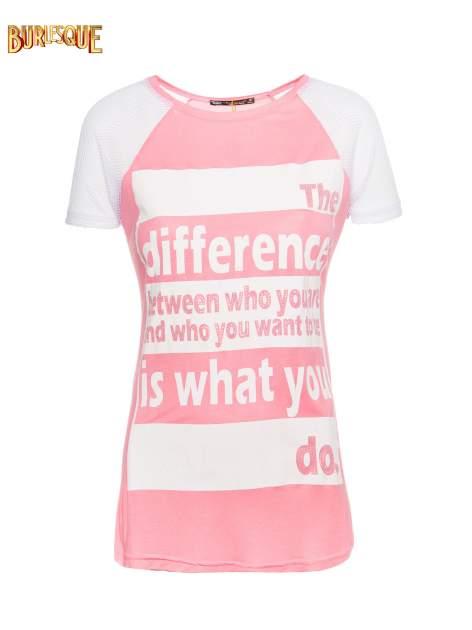 Fuksjowy t-shirt z napisem i siateczkowymi rękawami
