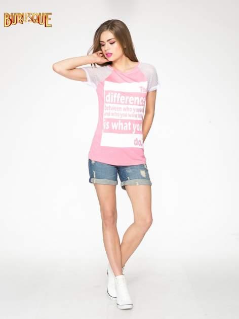 Fuksjowy t-shirt z napisem i siateczkowymi rękawami                                  zdj.                                  2