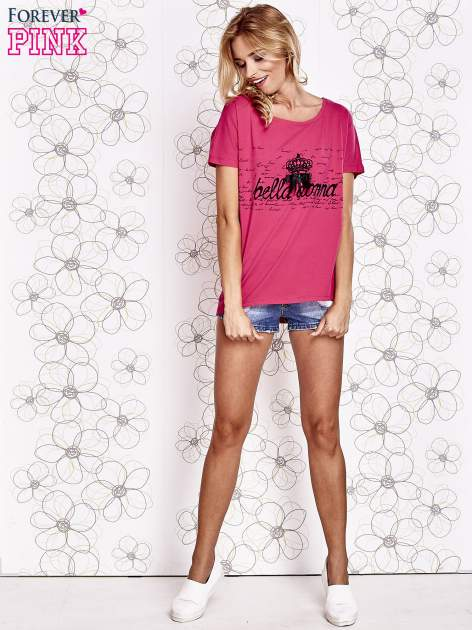 Fuksjowy t-shirt z ozdobnym napisem i kokardą                                  zdj.                                  2