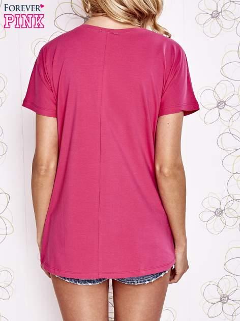 Fuksjowy t-shirt z ozdobnym napisem i kokardą                                  zdj.                                  4