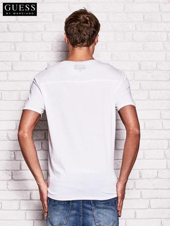 GUESS Biały t-shirt męski z nadrukiem                                   zdj.                                  2