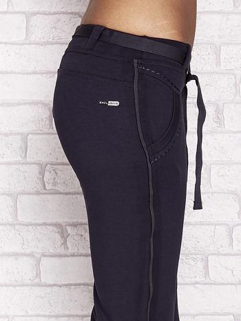 Grafitowe dresowe spodnie capri z materiałowym paskiem                                  zdj.                                  5