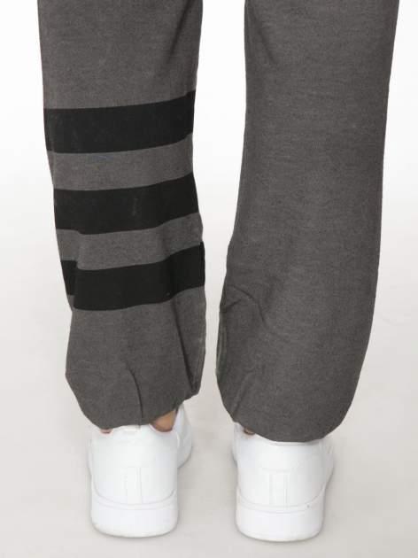 Grafitowe dresowe spodnie damskie z numerkiem i paskami na nogawkach                                  zdj.                                  5