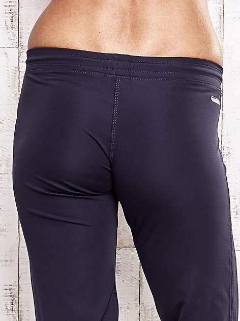 Grafitowe spodnie capri z dżetami i kieszonką                                  zdj.                                  6