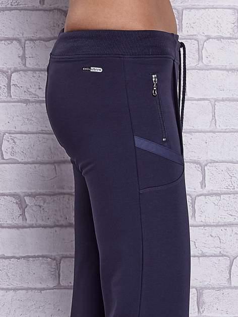 Grafitowe spodnie capri z kieszeniami po bokach                                  zdj.                                  5
