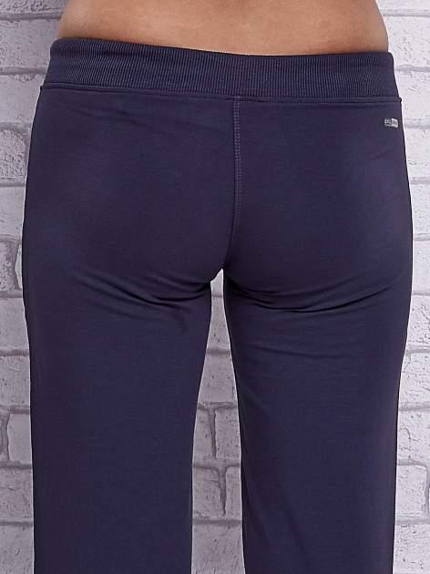 Grafitowe spodnie capri z kieszeniami po bokach                                  zdj.                                  6