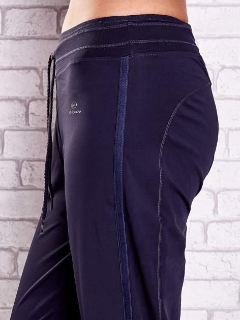 Grafitowe spodnie capri z siateczką z tyłu PLUS SIZE                                  zdj.                                  5