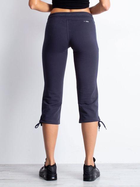 Grafitowe spodnie dresowe capri z kieszeniami na suwak                                  zdj.                                  5
