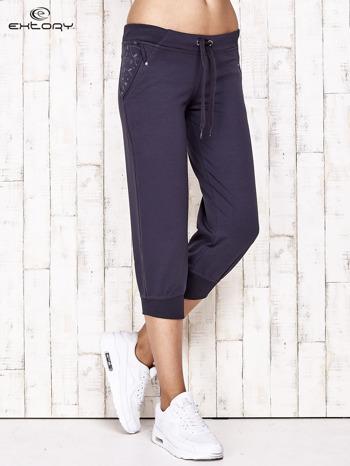 Grafitowe spodnie dresowe capri z kwiatowymi kieszeniami                                  zdj.                                  1