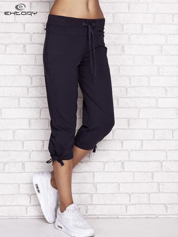 Grafitowe spodnie dresowe capri z ozdobnym przeszyciem w pasie                                  zdj.                                  1