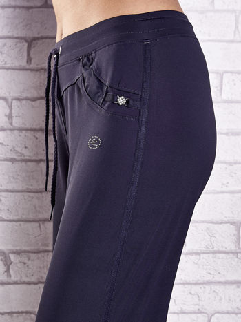 Grafitowe spodnie dresowe z dżetami i troczkami PLUS SIZE                              zdj.                              4