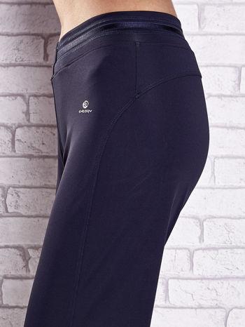 Grafitowe spodnie dresowe z guziczkami PLUS SIZE                                  zdj.                                  5