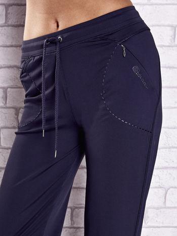 Grafitowe spodnie dresowe z kieszonką i haftem PLUS SIZE                                  zdj.                                  4