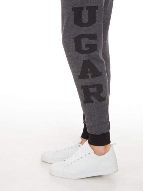 Grafitowe spodnie dresowe z nadrukiem SUGAR po boku nogawki                                  zdj.                                  7