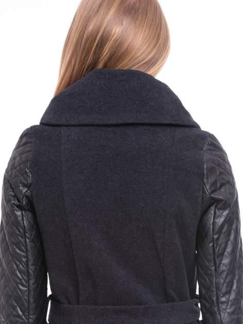 Grafitowy płaszcz ze skórzanymi pikowanymi rękawami                                  zdj.                                  7
