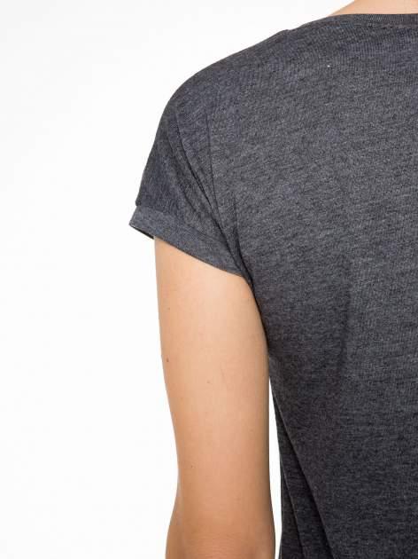 Grafitowy t-shirt z napisem BABE z cekinów                                  zdj.                                  8